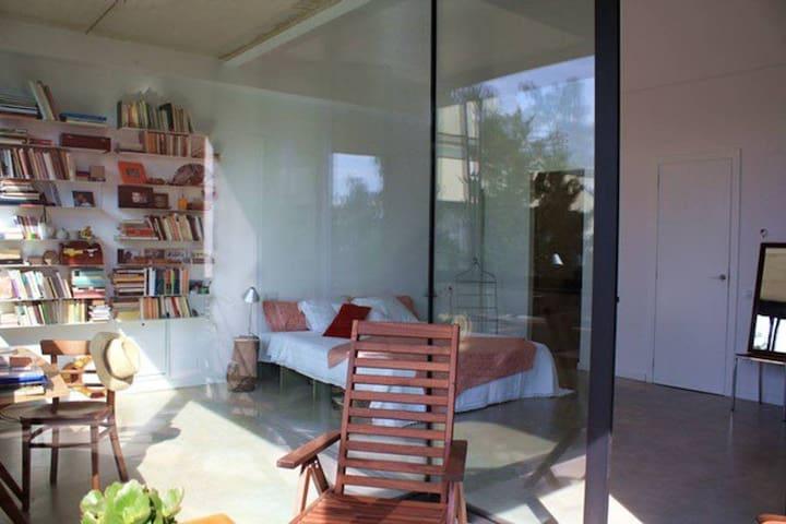 Habitación privada en la planta ática de casa unifamiliar en Parc Güell