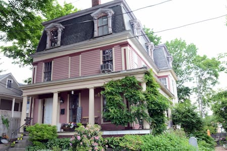 Private Bath/Parking/WiFi/B&B Queen/Historic 1850