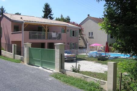 maison avec terrasse couverte - Haus