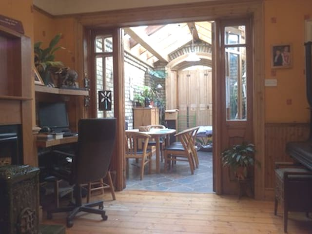 Cosy 3 bed Home - 20 Minutes to City/Beach/Airport