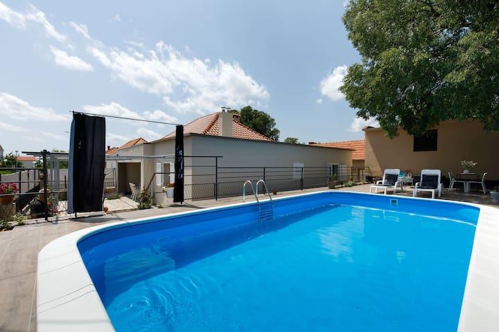 Lujosa casa de vacaciones en Drniš con piscina