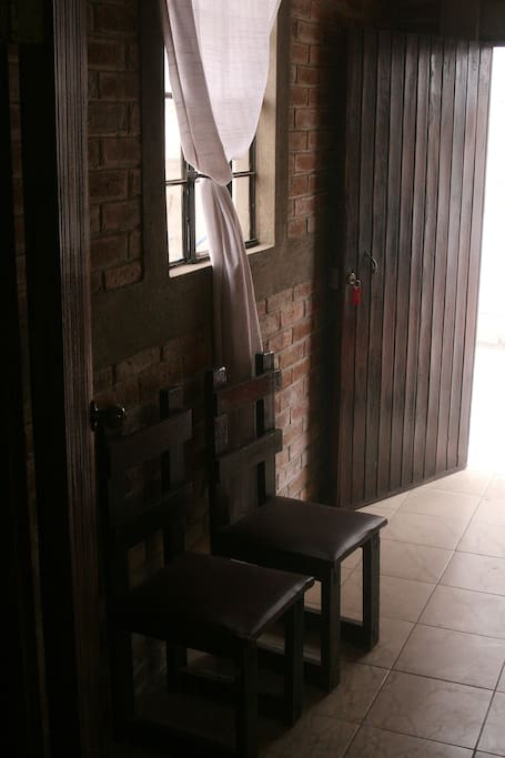 La puerta de entrada es de madera con cerradura de tres vueltas.