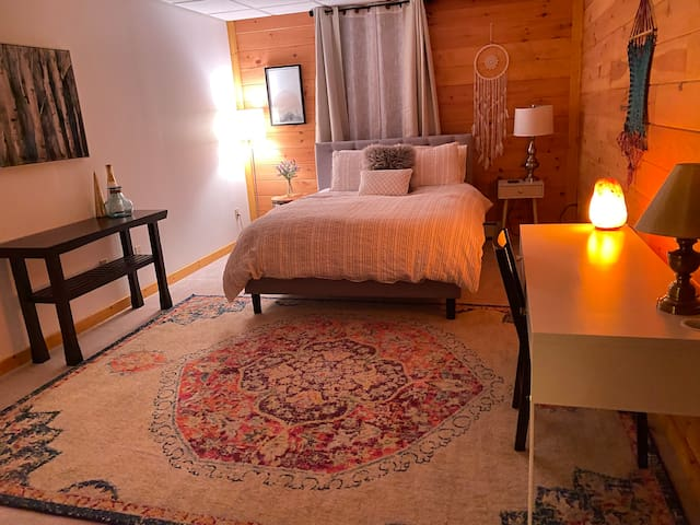 The Serenity Room awaits you to restore, to rest deeply, to nourish your Being.   Super cozy. You may sleep in as long as you like.   Queen bed, high quality medium firm mattress.