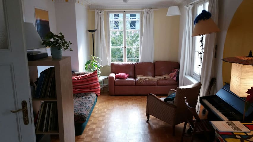 Big House 2min by bus or 7-10min walk From Airport