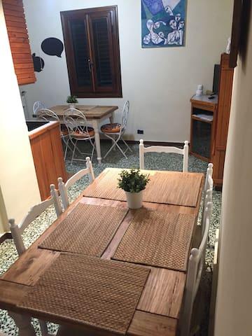 Sala pranzo con tavolo allungabile