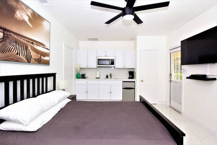 630B FLL Studio- 1.5 mi to Beach & Las Olas Blvd
