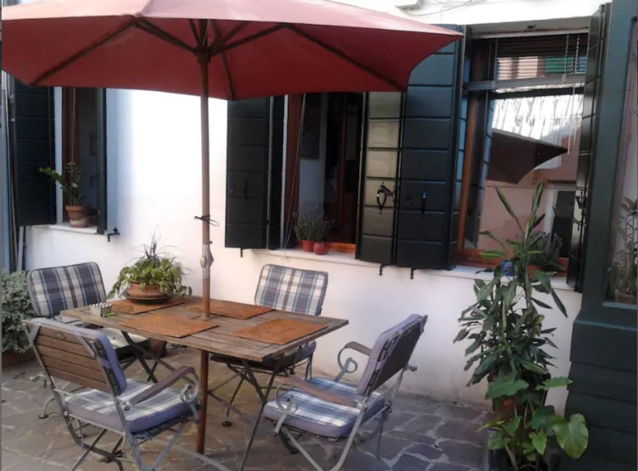 Courtyard: enjoy your meals in the sunlight.