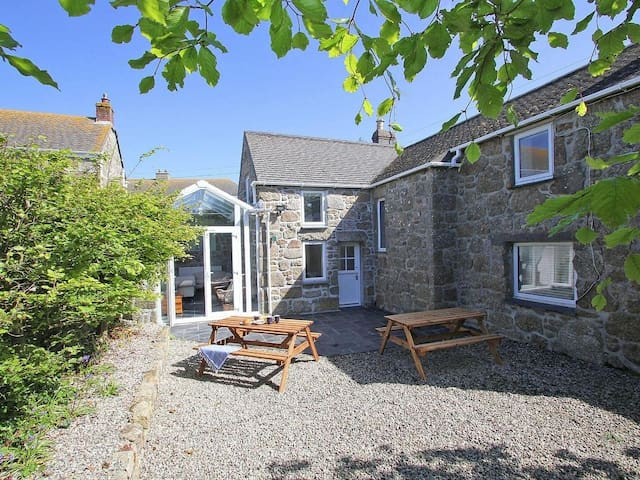 FORGE COTTAGE, family friendly, with open fire in Sennen, Ref 959851
