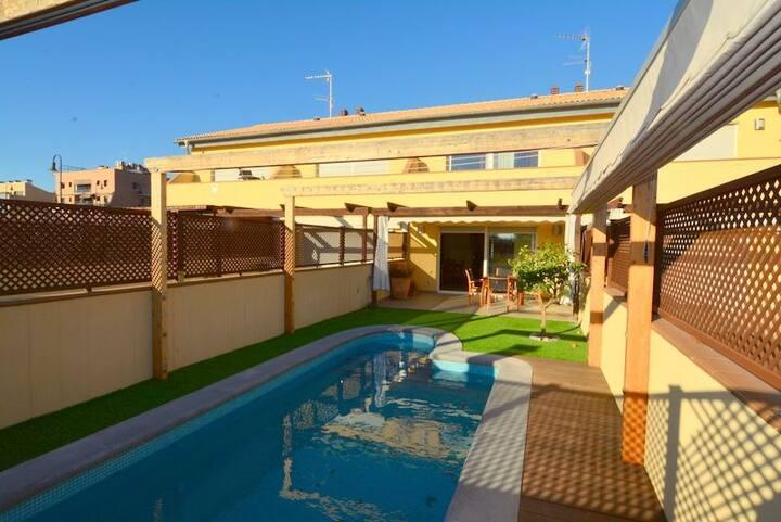 Casa adosada con piscina privada y barbacoa