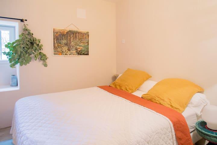 Chambre 1: Lit 160, une tête de lit en rotin a été ajoutée.