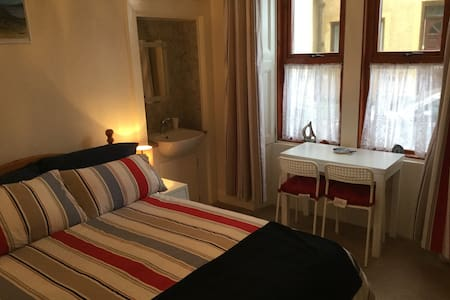 Double Bedroom with accessible wet-room - Apartamento