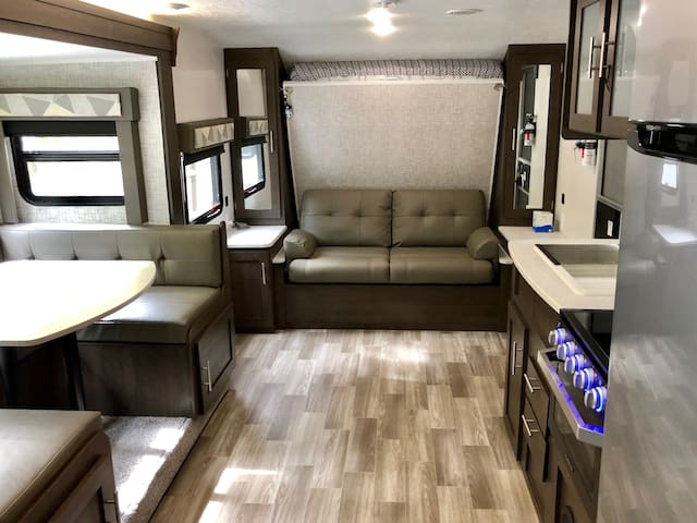 RV: new clean safe area in resort w pool hot tub