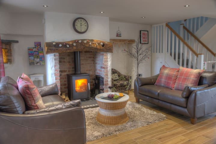 TY CANOL HOLIDAY LET, Rhoshill, Cardigan,West Wales