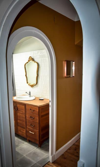 Une salle de bain au tempérament retro-chic affirmé