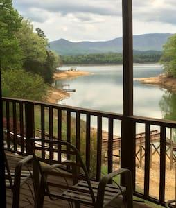 Lia's Lakeside Lodge - Dandridge