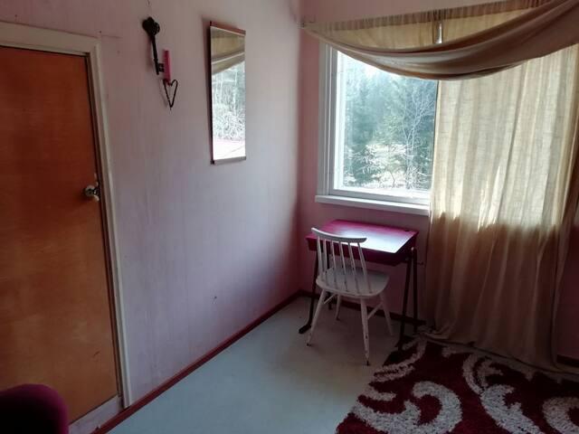 Huone omakotitalossa rauhallisella alueella