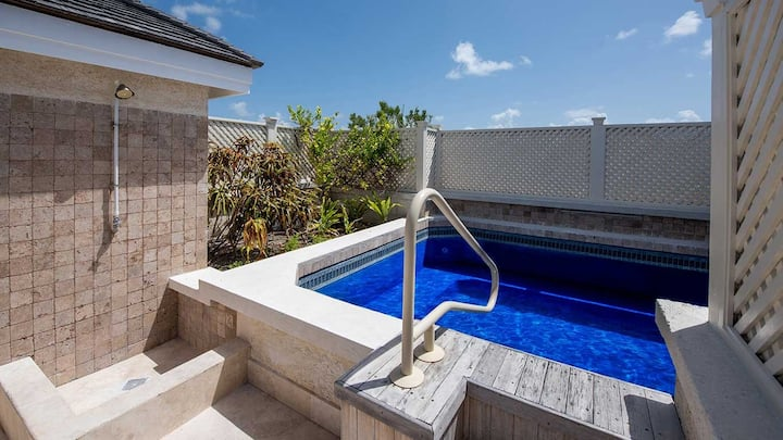 Luxury Private Condo w/ Pool in a Tropical Resort!