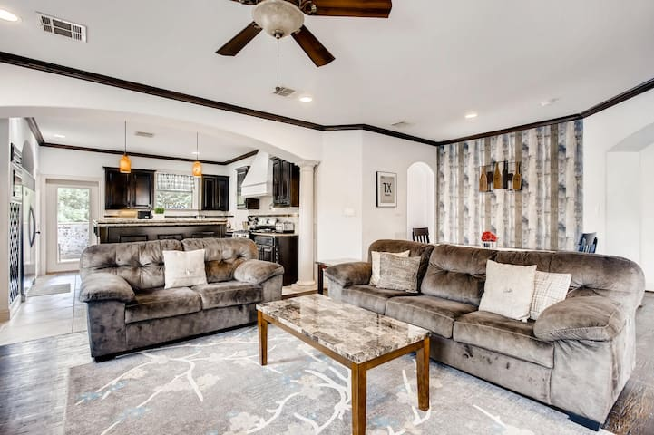 8 Bed Knox Henderson Home W HUGE patio Mins To DT!