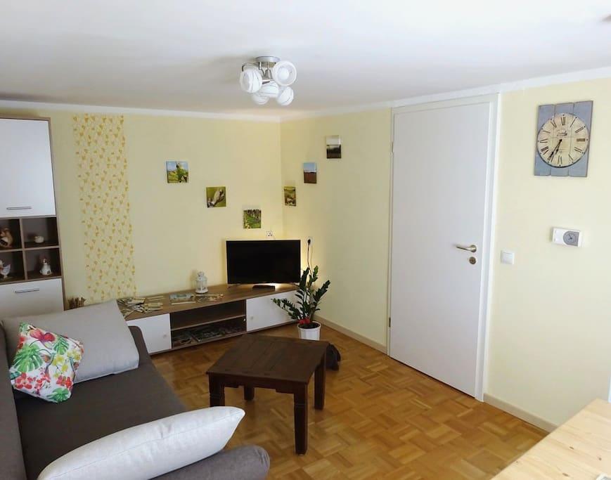 Das gemütliche Wohnzimmer mit Fernseher