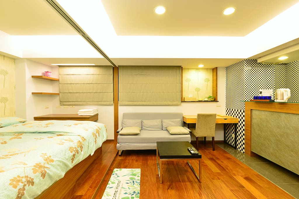 室內為開放性空間,視覺無死角。沙發休息區可移動轉換成雙人床位喔!!