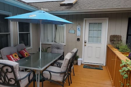 Monthly rental/ separate entry/ 3 minutes to beach