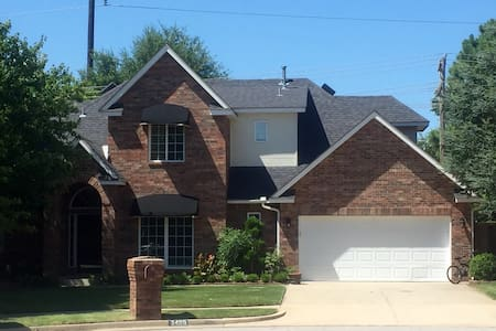 5 Bedroom/2.5 bath, Huge Backyard, 4.7 miles to OU - House