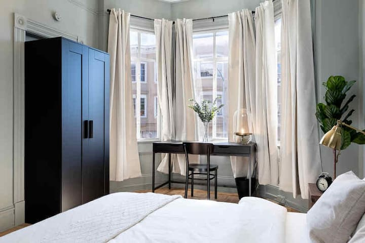 Spacious Queen Room in North Beach