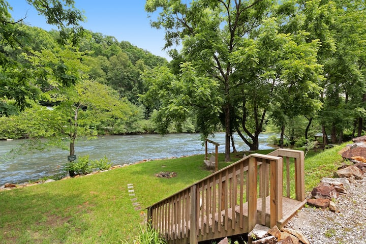 Luxurious home right on the river w/ a full kitchen - perfect for fishing!