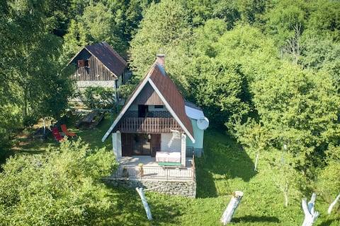 Landelijk huis met een prachtig uitzicht op de bergen, 2 terrassen, mooie veranda mooie tuin