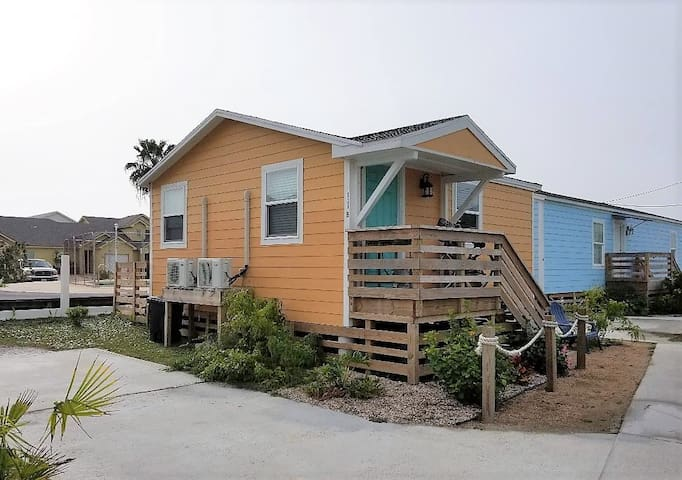 1/1 Cottage with Pool, Pets OK, Close to the Beach