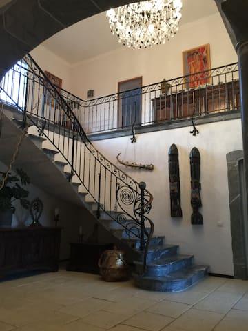 Grand Hall avec escalier en marbre bleu de Haute Savoie