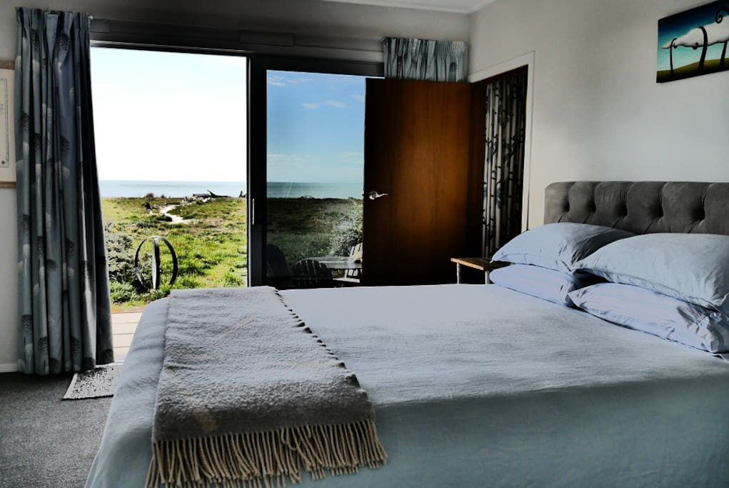 Beachfront bedroom, super comfortable king bed. Beach a 30 second walk.