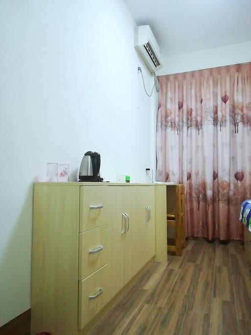 书桌及小柜子