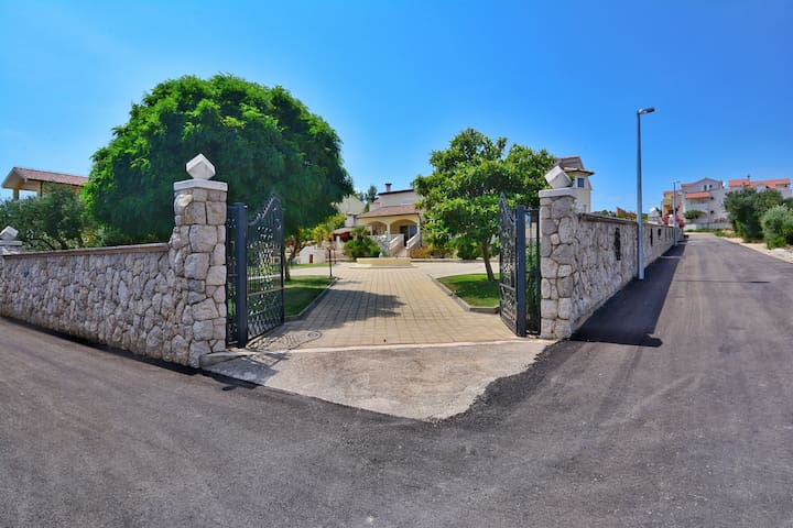 Ulaz za automobil prema kući