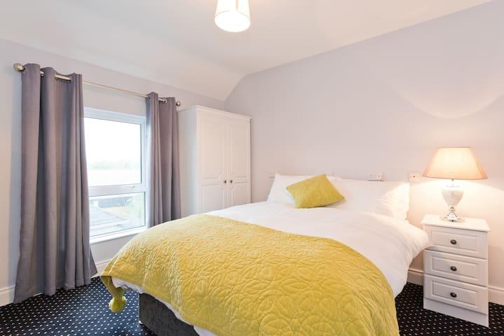 Double bed ★ Irish bed & breakfast ★ Street view