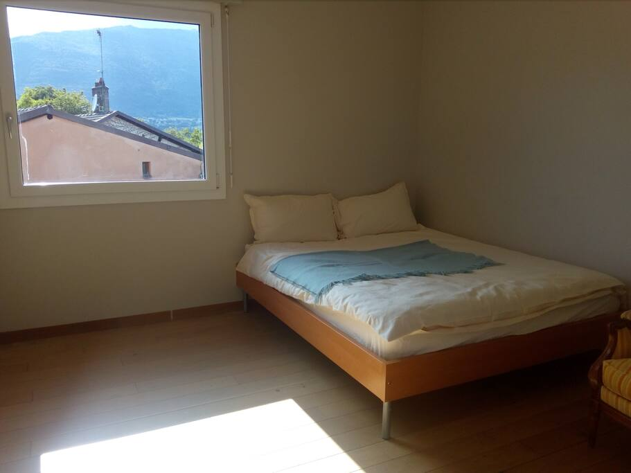Chambre spacieuse confort tv proche gen ve ch for Chambre geneve