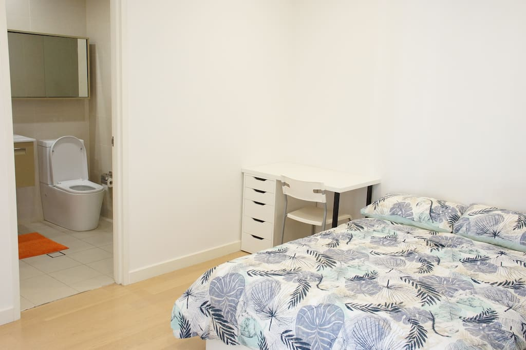 Quiet double sized bed in master room with a desk (private room)