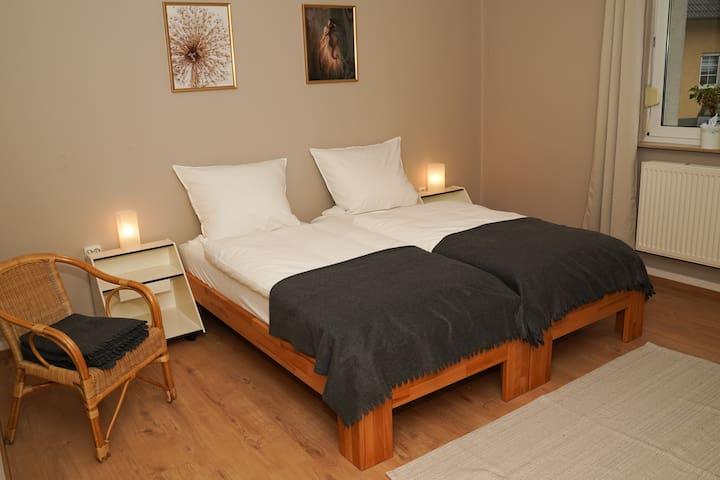 Schlafzimmer, die Betten sind auch getrennt aufstellbar.