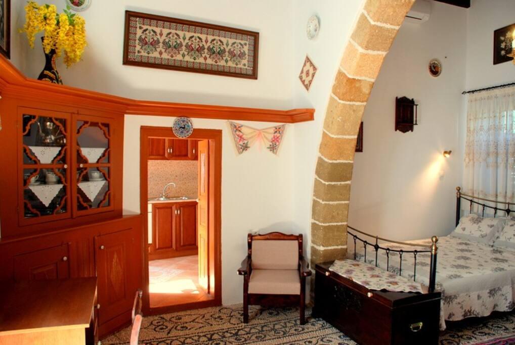 Κύριος χώρος - γραφείο και διπλό κρεββάτι