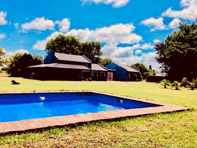 10 Acres Stylish Farm House w/Swimming Pool, Pax14