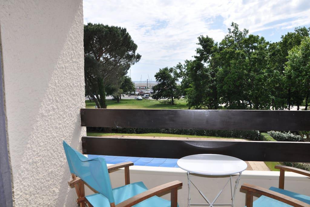Terrasse avec vue sur le bassin et le port ostréicole.