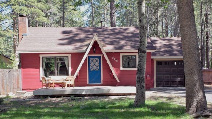Charming Cottage Near Skiing, Lake, Shops & Hiking