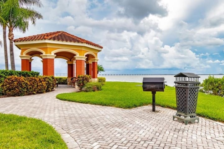 Exceptional Waterfront Condo    Central Tampa Bay