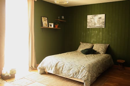 Chambre de 16m² + salle de douche et WC attenants. Décor naturel pour se sentir comme un explorateur du XIXème s.