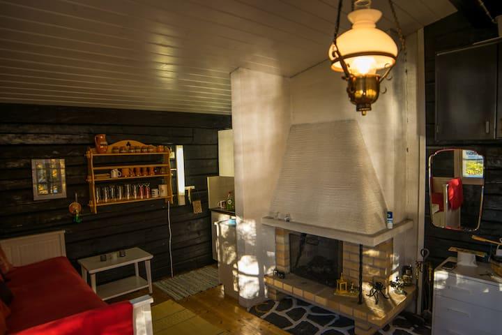 Saunamökin sisätila, nurkassa pieni keittiö. Inside of Saunacabin, a kitchenette in the corner.