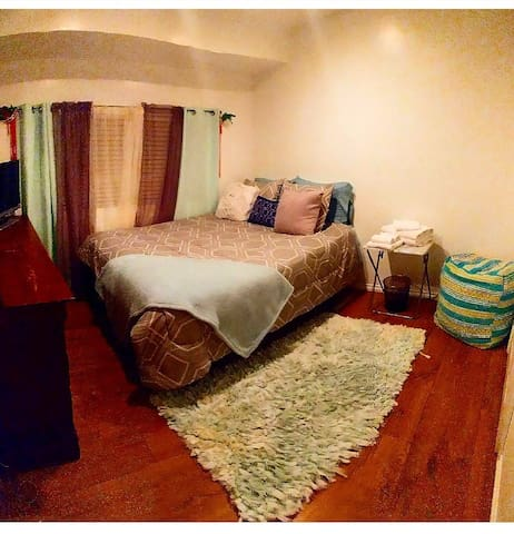 Private Room with Comfortable Queen size Bed