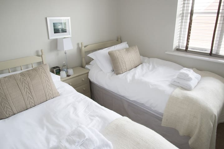 Twin room with en-suite shower room. - Hamble-le-Rice