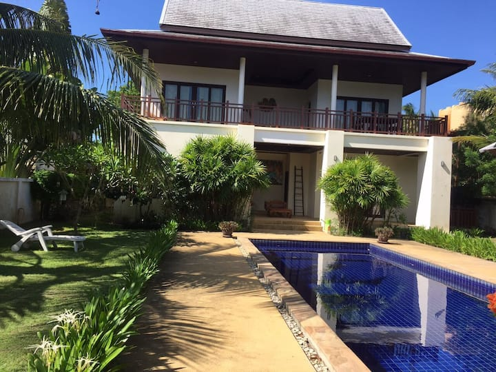 Двухэтажный дом с бассейном