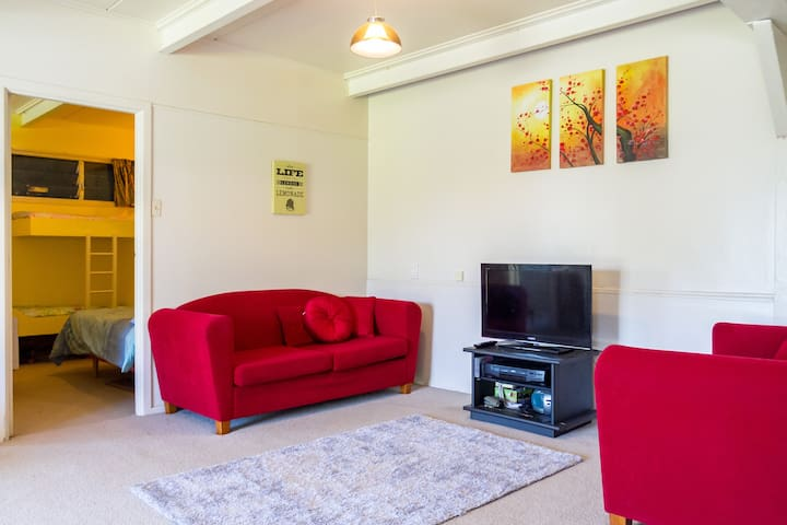 Old world charm, laid back, quiet. 80mtrs to beach - Whangaparaoa - Flat