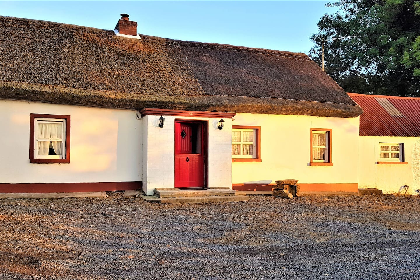 200 year old Thatch Cottage with a updated interior